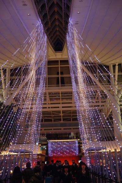 4階フロアです。クリスマスを控えて華やかなイルミネーションが輝いています。