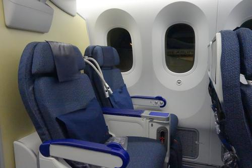 窓側のプレミアムエコニミ席です。窓側はエアコンの風が強く敬遠しています。787は、翼の上という最悪の場所でもあり下界の撮影にも支障があります。<br />それでもゆったりとした座席とちょっとしたアメニティーグッツのサービスには不満は言えません。