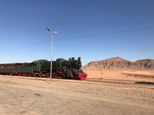アラビアのロレンスで爆破された鉄道です<br /><br />ペトラからの運転手とここからの4DWのガイドの車と<br />この鉄道駅で交代。<br /><br />ここから約2時間のワディラム砂漠ツアーです。<br />