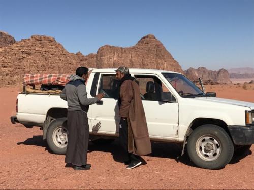 ワディラムは、世界遺産:自然保護区であり<br />また、べトウィンの方たちの生活様式や習慣が<br />すたれないように守られているエリア。<br />ほかの部族は入れないようになっています<br /><br />こんな4WDのジープで、<br />ロレンスがラクダや馬で<br />駆け巡った砂漠を走ります