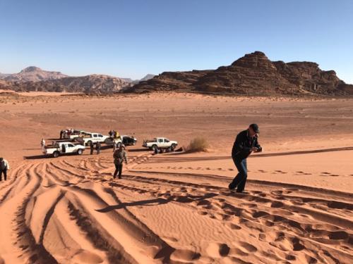 七つの知恵の柱の前の<br />砂漠の山。<br /><br />写真を撮りに登りますが<br />なかなか進まない