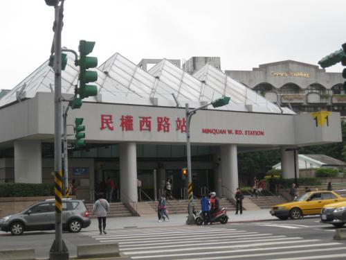 MRTは中山國小とこちらの駅も使えます。<br />行く場所によって使い分けしました。