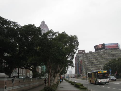 台北駅まで歩いて行ってMRTで台北101へ行きます。<br />