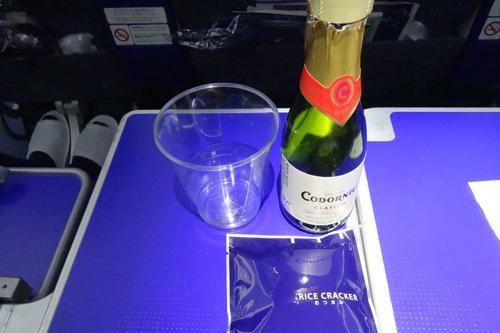 いつもスパークリングワインを頂きます。これを飲むといざ海外旅行へ、と気分が高まります。単純です。