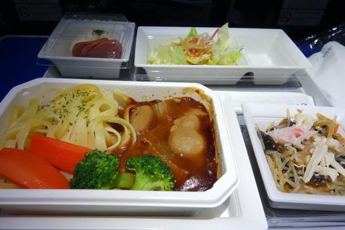 食事は、エコノミークラスと一緒です。いつも、妻と和食、洋食をそれぞれにお願いしてシェアして頂いています。日本発の食事は、それほど外れは無いと思うのですが、帰りの便は現地調達?でしょうか、当たり外れがありますね。<br /> デザートは、ビジネスクラスと同じものを頂きました。キャンペーン期間中?だったのでしょうか。