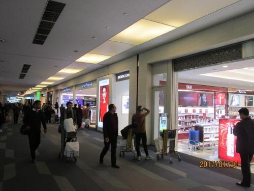 搭乗口前の免税店。