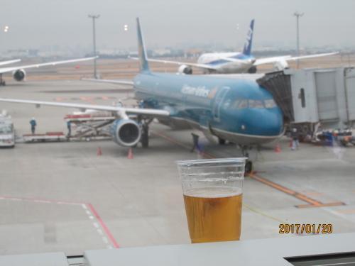 ベトナム航空の機体を見ながらビールを飲んで待つ。<br />