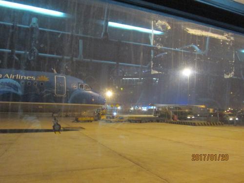 夜、ハノイ空港21時05分到着。時差は2時間です.。6時間30分掛かりました。<br />