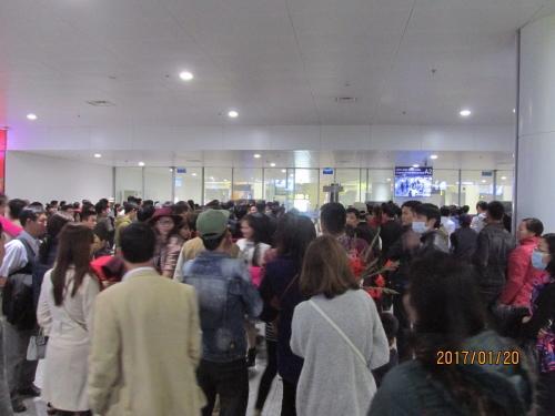 空港出口の人の群れ。<br />