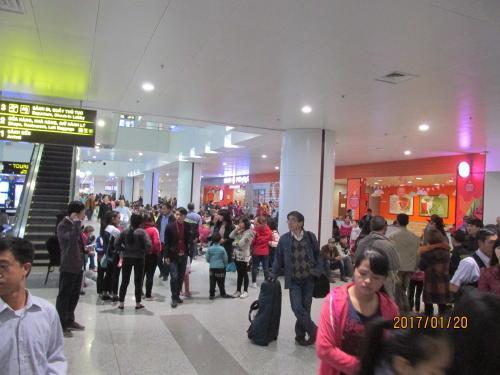 空港出口の人の群れ。