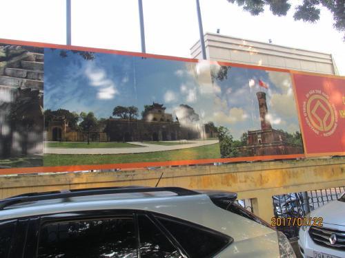 外の壁にはタンロン遺跡の写真が飾られています。<br />