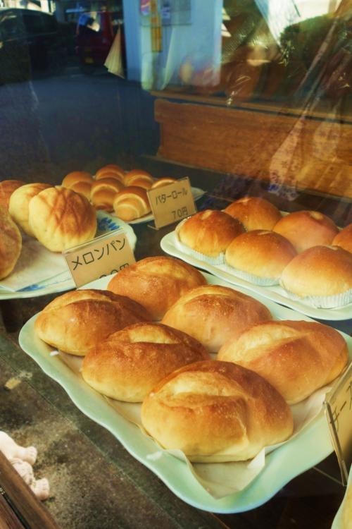 ショーウィンドウから出来立てのパン達が待ち構えています。<br />昔ながらの木箱にたくさんパンがあり、注文用紙を渡すと店員さんが袋に詰めてくれます。