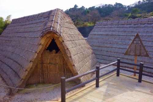 茅葺屋根の小屋で製造しています。