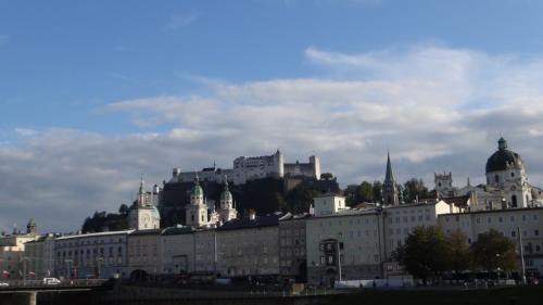 ザルツブルク城が遠くに見えます。<br /><br /><br /><br />