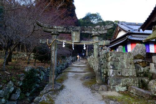 六郷満山は神仏習合の地です。<br />石の鳥居をくぐり、鬼会の舞台へ