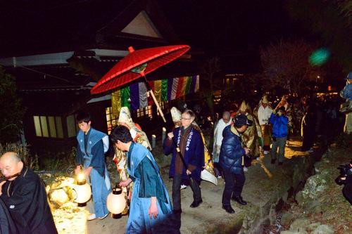 松明の後を、僧侶たちが講堂へ向かいます。