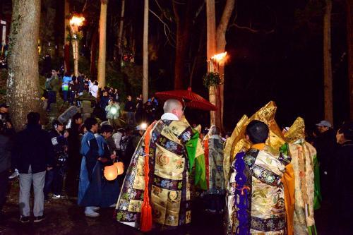 松明は六所神社まで登ります。