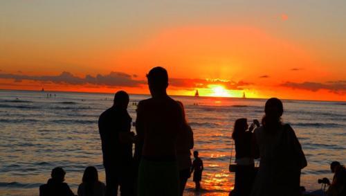 ワイキキビーチのサンセットは<br /><br />すごい人の数(°д°)
