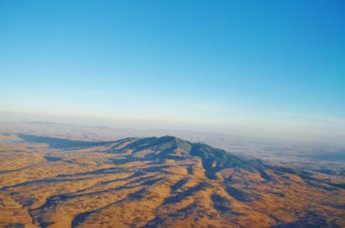 エチオピアを南下しウガンダまで約二時間のフライト。エチオピア上空からの眺めを見ていると不毛な大地が広がっている。