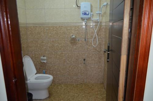 シャワーはトイレがベチョベチョになるタイプ。個人的にはこのタイプは不衛生なので好きではない。