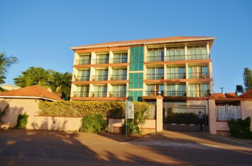 ホテルの外観。目の前にアフリカ最大の湖、ビクトリア湖が広がる。ホテルからの景観も良い上、空港からホテルまで車で15分ほど。立地も抜群に良いが、何せリフトが付いてないので、スーツケースだと上り下りがかなり大変。