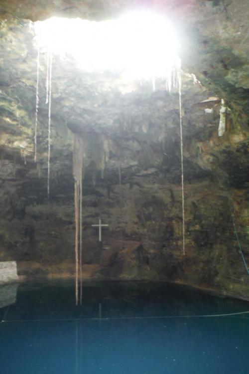 以前行った地下のセノーテっぽいところですが、ここは水面に伸びる根がある木はない。<br /><br /><br />