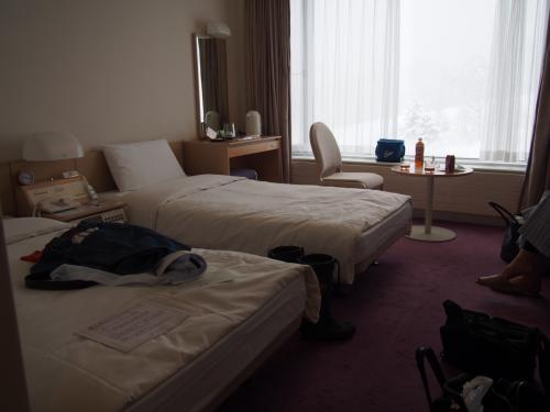 雫石プリンスは、夏はゴルフ、冬はスキーなどのアクティビティを楽しめます。建物は大きなビジネスホテルちっくな感じです。<br />お部屋は普通で、ちゃんとWiFiも完備しています。