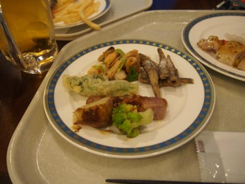 楽しみにしていた夕食です。お料理は本当にたくさんあって目移りしちゃいます。<br /><br />タラの芽天ぷら、貝三種盛り、メヒカリ、地鶏焼きなど、、、
