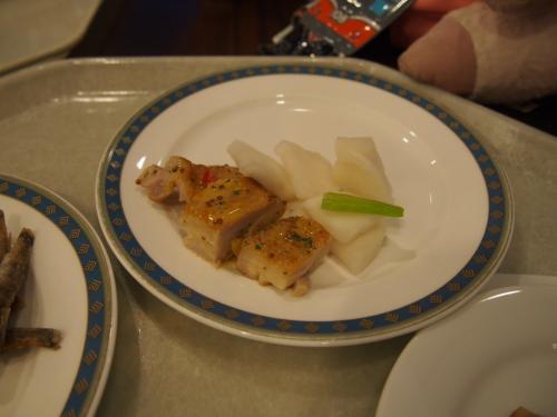 こちらは地鶏の鶏南蛮です。添えているのはカブのお漬物です。