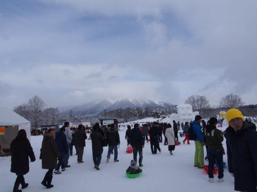 ちょうど岩手雪まつりが開催されていたので、会場の小岩井農場にきました。<br />とても賑わっています。<br /><br />雪まつり開催中は入園料は無料です。