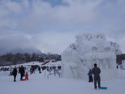 こんな大きな雪像もありましたよ。<br />遠くに雲をかぶっているのが岩手山でしょうか。<br /><br />詳しい旅行記はこちらにあります。<br />もしよかったらみてください。<br />https://blogs.osechies.net/archives/20160211/