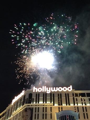 花火があがると大歓声が起こります。<br />皆スマホを一斉に高く上げて写真を撮り始めます。