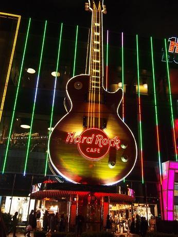 「Hard Rock CAFE」(ハードロック・カフェ)<br /><br />こちらも店内には入っていません。大きなギターが目印。<br />ガイドブックによると1階は世界最大の面積を誇るグッズショップ、<br />2階はカフェとバー、3階はカフェと1000席のライブステージを<br />併設しているようです。