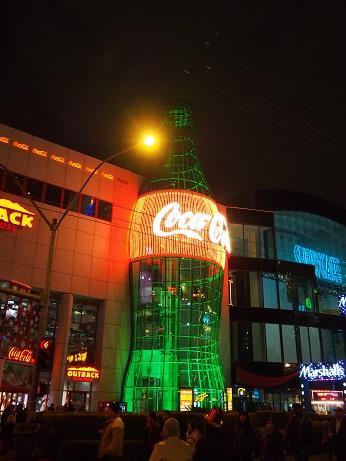 「Everything Coca-Cola」(エブリシング・コカ・コーラ)<br /><br />巨大なコカ・コーラのボトルが目印。<br />コカ・コーラのオフィシャルグッズ専門店です。