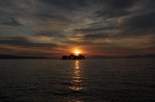 嫁が島の向こうに夕日