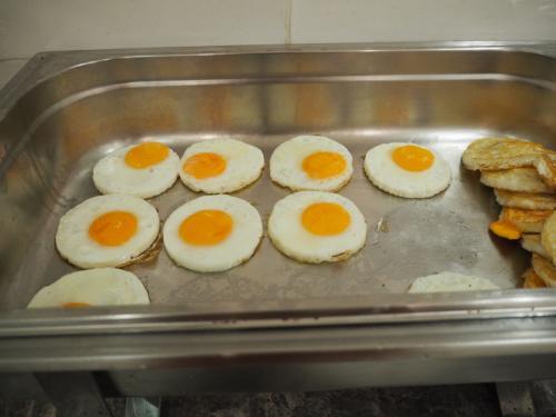 3日目の朝<br />3連泊のホテル(ウェルホテルバンコク)の朝食はバイキング形式。好物の目玉焼きもあります。