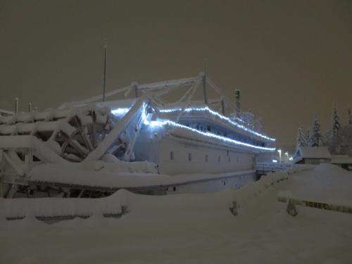 雪に埋まってしまった、外輪船。夏までここで待機なんですね。