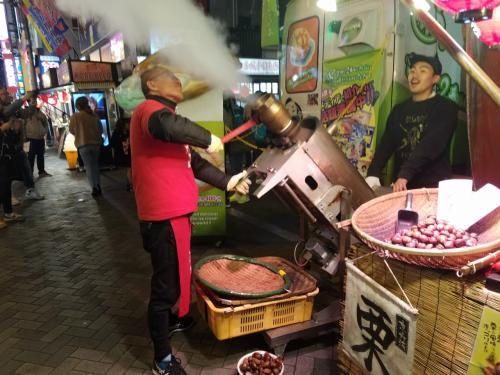 大阪はなんでもビックリさせまっせ~♪<br /><br />甘栗作るのに大砲みたいな道具で<br /><br />ドカ~~~ンや~!!!<br /><br />道行く人がみんな振り返り、そのうち何人かは甘栗買いはります(笑)