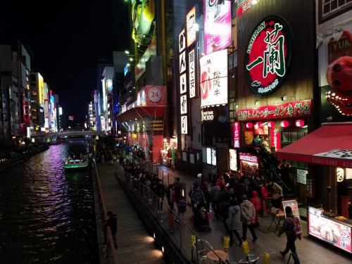 たこ焼き持って<br /><br />道頓堀川の橋の上で食べると<br /><br />何やら、大阪に来た!って感じがしまっせ~^^。<br /><br />あ、ココ、ボートの遊覧船もありまっせ~♪