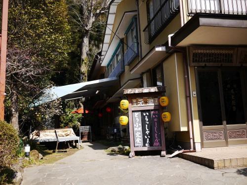 〔旅館 元瀧〕<br /><br />今回は有名らしい豆腐料理を食べようと思い、<br />行く前にチェックしたこのお店へ、<br />11時頃入店しました。