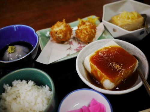 〔旅館 元瀧〕<br /><br />選んだのは4品料理。<br />来るまでにビール、日本酒と楽しんでしまいました。<br /><br />豆腐が好きな人にはいいですね。