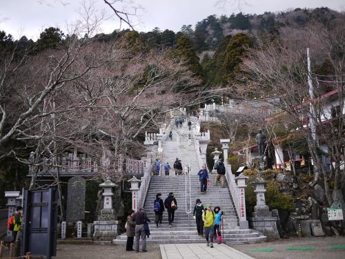 〔阿夫利神社〕<br /><br />山の上に広々とした階段がありました。
