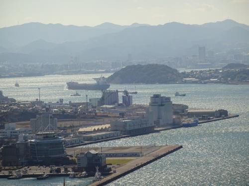 和布刈公園は小高い山の上にあります。<br /><br />公園から見る関門海峡です。