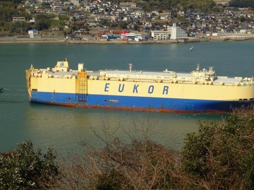 見おろすと狭い海道があり、すぐ下を通って行く船が見下ろせます。<br /><br />こんな巨大な船も通ります。<br /><br />迫力です(゜-゜)<br />