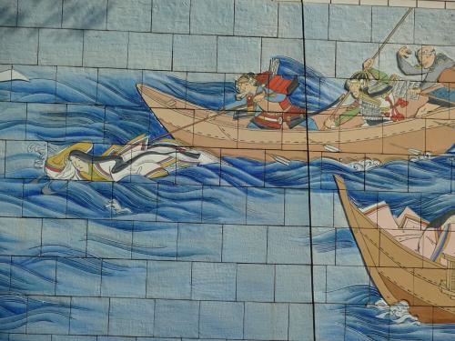 イ<br /><br />波間に浮かぶ女性は建礼門院。<br /><br />幼帝を追って身を投げたが<br />源氏方に救われ京都に送られ尼となる。