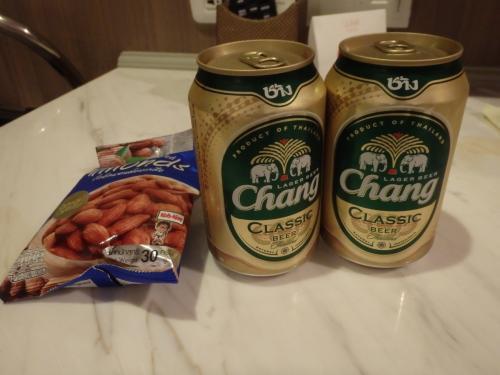 ホテルの隣のファミマで買ったビールとおつまみ。ゾウのChangビールは35バーツくらい。シンハーよりアルコール度数高くやや安いです。