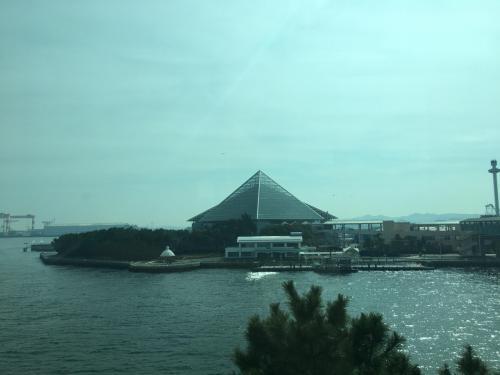 市大医学部駅過ぎてしばらくすると、海と共に八景島が見えてきます。