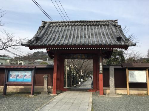 駅から歩く事10分、金沢文庫にゆかりのある称名寺の惣門前に到着。<br />その色から別名赤門と呼ばれています。