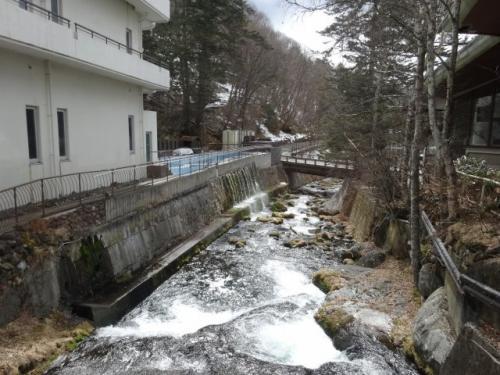 渡り廊下から見える渓流。反対側へ下って行きます。