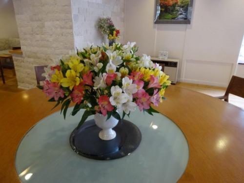 ラウンジテーブルのアストロメリア<br />長野県の生産量が全国一です。<br />アストロメリアはホテルのあちこちに飾られていました。